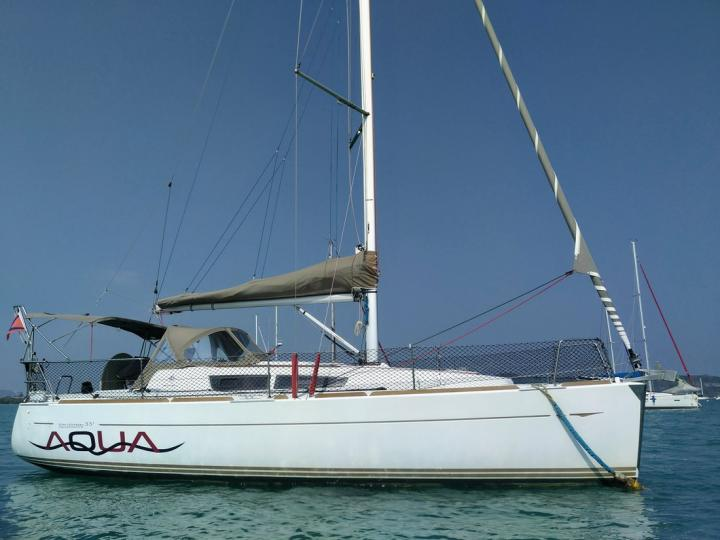 Discover boating aboard the 33ft Aqua boat in Tambon Koh Chang Tai, Thailand - a 2 cabins sail boat for rent.