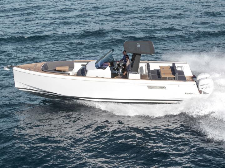 Yacht charter in Split, Croatia - a 2 guests motor boat for rent.