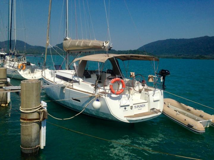 Cruise the beautiful waters of Tambon Koh Chang Tai, Thailand aboard this great boat for rent.