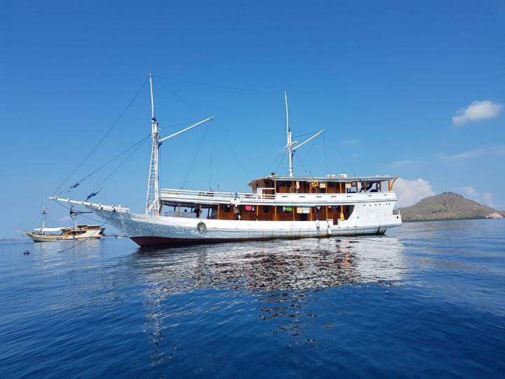 Boat Charter explore Komodo